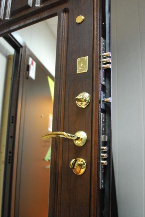 выбрать металлическую дверь с зеркалом